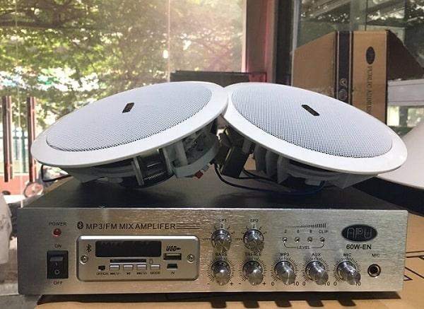 Vị trí từ loa tới người nghe xa thì cần chọn amply loa âm trần công suất lớn hơn