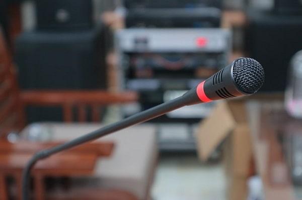 Micro hội thảo thường có thiết kế cổ ngỗng và độ hút âm tốt, độ nhạy cao