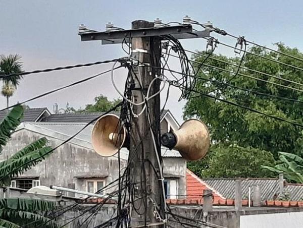 Ảnh loa phát thanh được treo lên cột điện trong làng xã