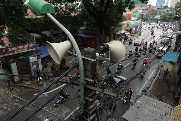 Hình ảnh loa phát thanh được treo trên cột điện của khu dân cư