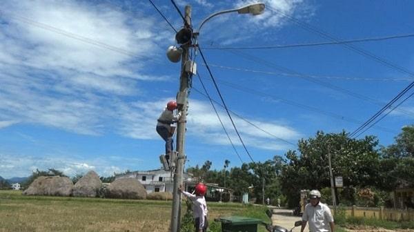 Hình loa phát thanh được lắp trên đường làng