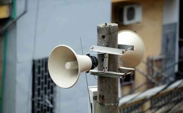 Hình ảnh cái loa phát thanh được treo trên cột điện