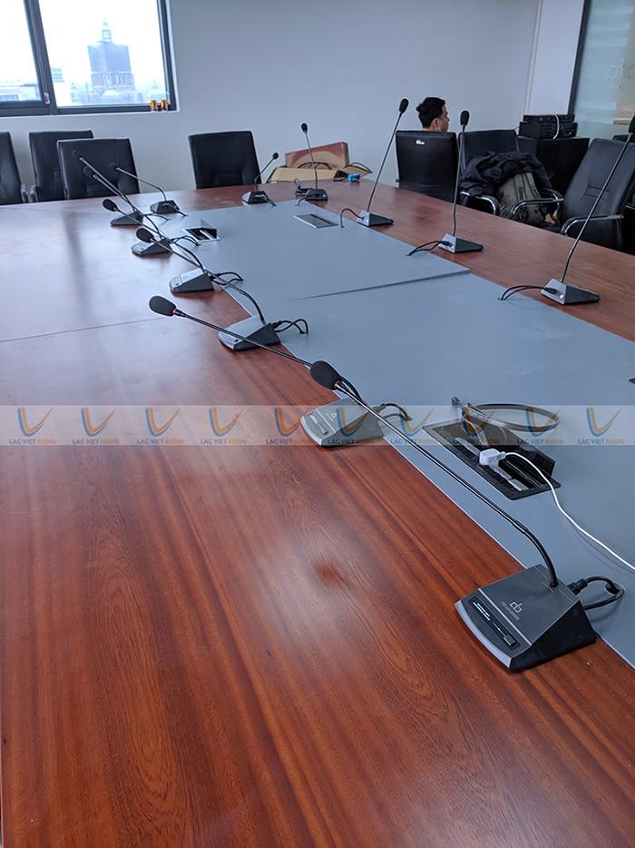 Hệ thống micro đại biểu được bố trí đều và gọn gàng trên bàn họp